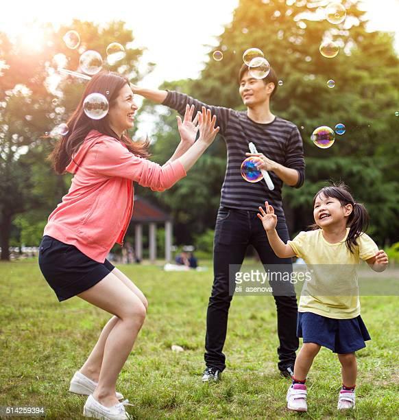 ご家族での楽しい公園、石鹸の泡