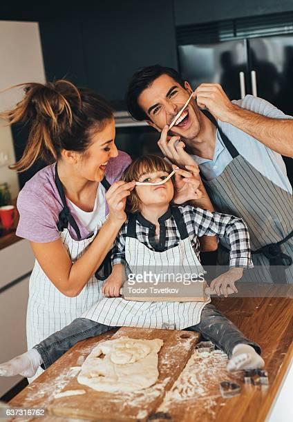 family having fun in the kitchen - cuisine humour photos et images de collection
