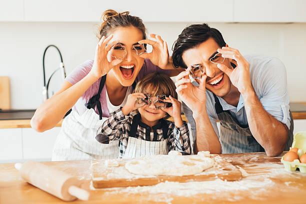 family having fun in the kitchen - 焗 預備食物 個照片及圖片檔
