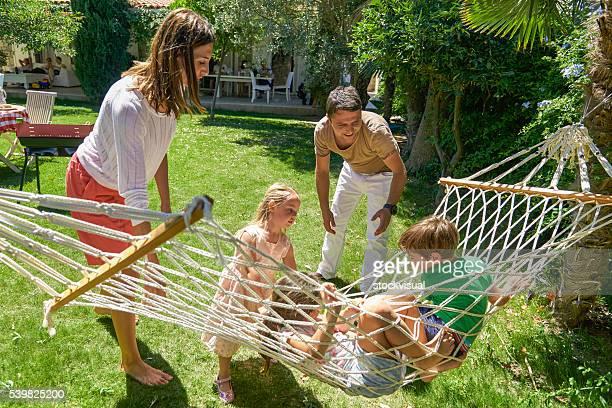 Familie auf einer Hängematte Spaß haben