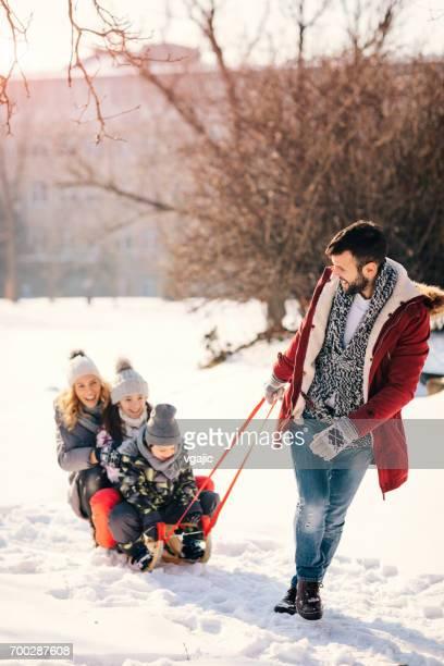 冬で屋外楽しんで家族