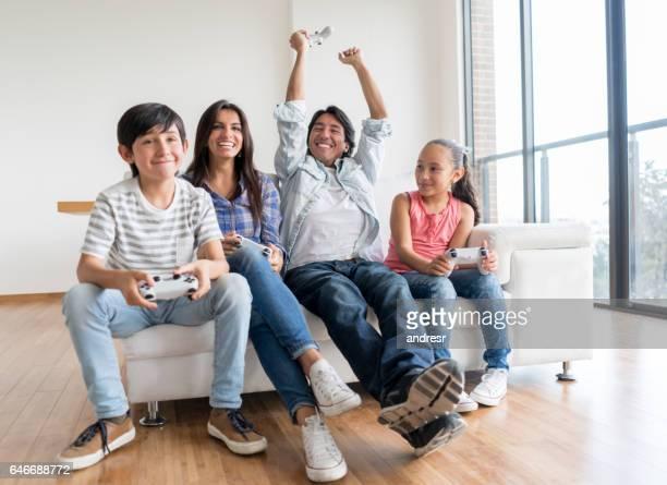 Familia que se divierte jugando juegos de video