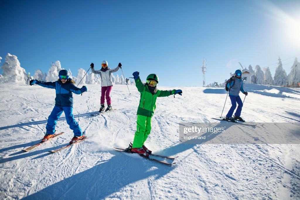 Familia que se divierte esquiando juntos en día de invierno : Foto de stock