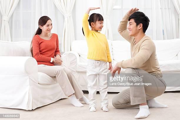 family having fun together - mom flirting 個照片及圖片檔