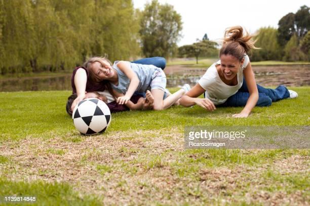 la familia se divierte jugando al fútbol - mama futbol fotografías e imágenes de stock