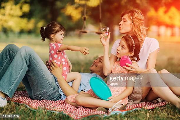 Famille de s'amuser avec des bulles.