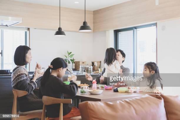 昼食を自宅の家族 - 食事 ストックフォトと画像