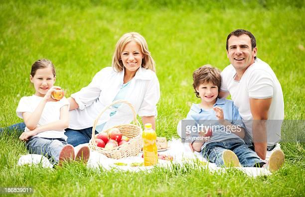 Famille ayant pique-nique en plein air.