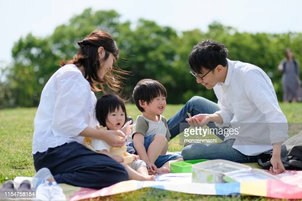 family having picnic - picnic stock pictures, royalty-free photos & images