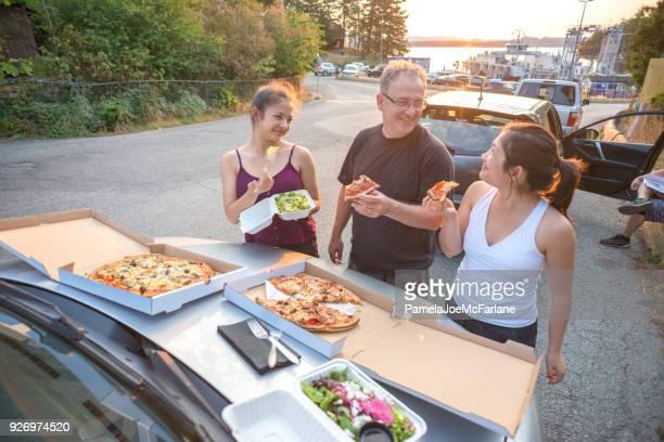 Familia que tiene Pizza y ensalada Picnic en Ferry barco cartel