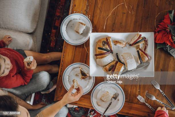 family having rosca de reyes - roscon de reyes stock pictures, royalty-free photos & images