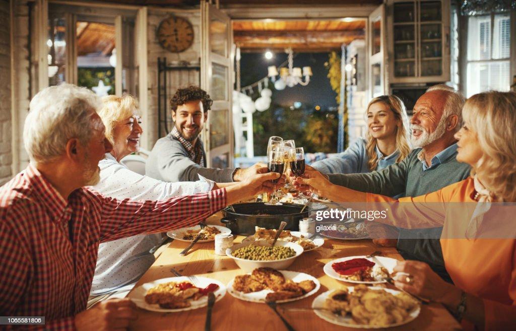 感謝祭のディナーを持っている家族。 : ストックフォト