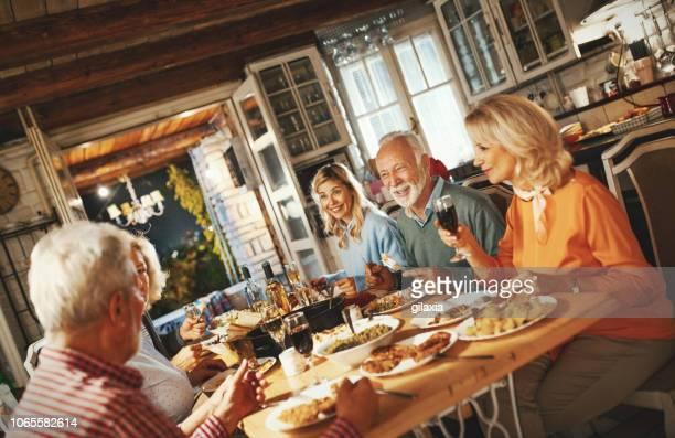familie na thanksgiving diner. - alleen volwassenen stockfoto's en -beelden