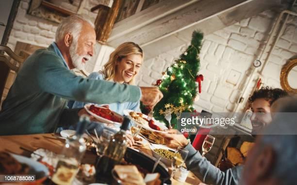 感謝祭のディナーを持っている家族。