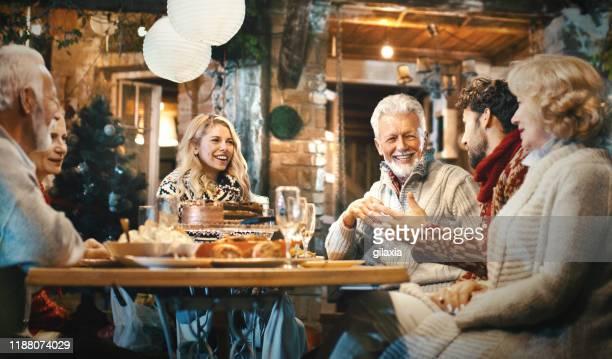 la famiglia cena del ringraziamento. - solo adulti foto e immagini stock