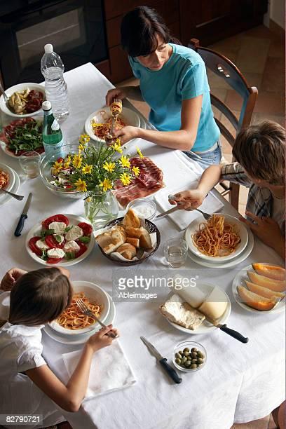 Familien, die typisch italienisches Essen