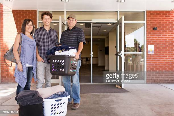 family helping college student son move into dormitory - tag 1 stock-fotos und bilder