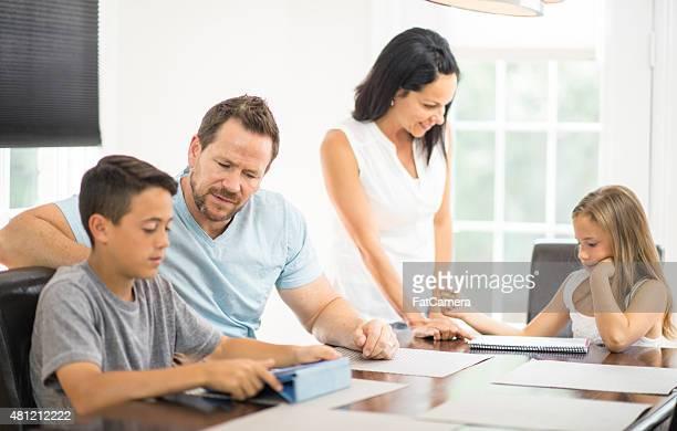 Familie mit Hausaufgaben zu helfen
