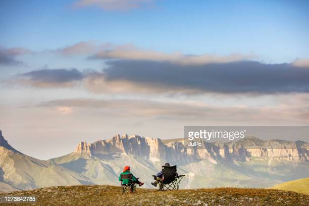 居心地の良い-19パンデミック中の家族ハイキング - コーカサス山脈 ストックフォトと画像
