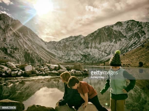 familie wandern und erkunden die wunderschöne bergwelt im winter - nur kinder stock-fotos und bilder