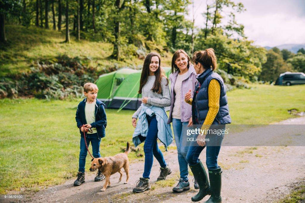 家族犬とハイキング : ストックフォト