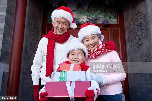 Família segurando Natal presentes