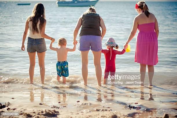 family holiday at the beach - s0ulsurfing stockfoto's en -beelden