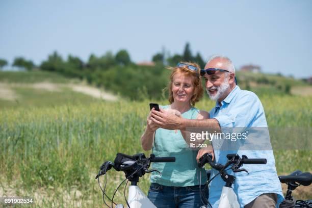 イタリア、ピエモンテ州ランゲ地方の家族の休日: 丘で電動自転車の旅