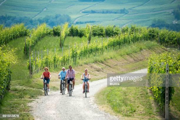 Vacaciones en familia en la región de Langhe, Piamonte, Italia: viaje de bicicletas eléctricas en las colinas