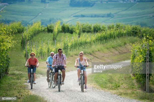 Familjesemester i regionen Langhe, Piemonte, Italien: elcyklar resa i bergen