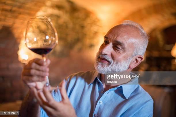 Familjesemester i regionen Langhe, Piemonte, Italien: Man väljer och provsmakning av vin