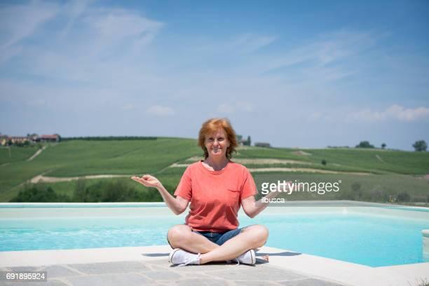 Familienurlaub in der Region Langhe, Piemont, Italien: Frau entspannen im freien