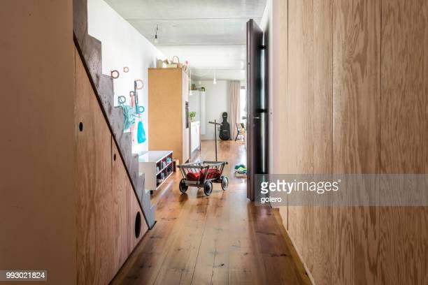 einfamilienhaus in berlin - designer einrichtung stock-fotos und bilder
