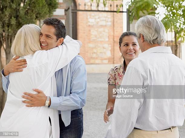Familia abrazándose