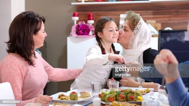 Familjen iftar måltid i Ramadan