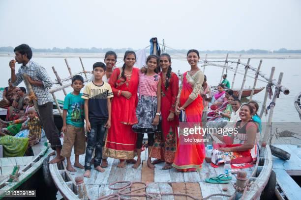彼らの朝の風呂バラナシインドを待っているガンジ川沿いのボートの家族 - fotofojanini ストックフォトと画像