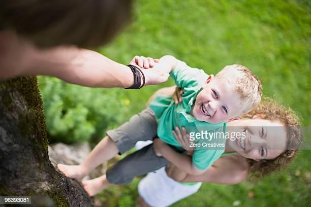 family in a garden - mom flirting 個照片及圖片檔