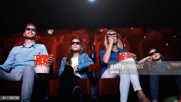 family in a movie theater. - industrie du cinéma photos et images de collection