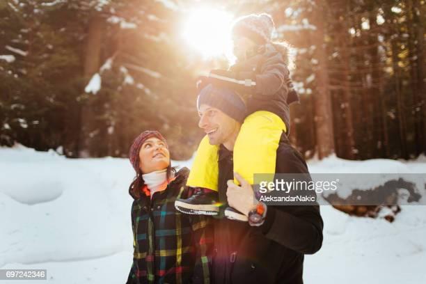 Familia en un paseo de invierno