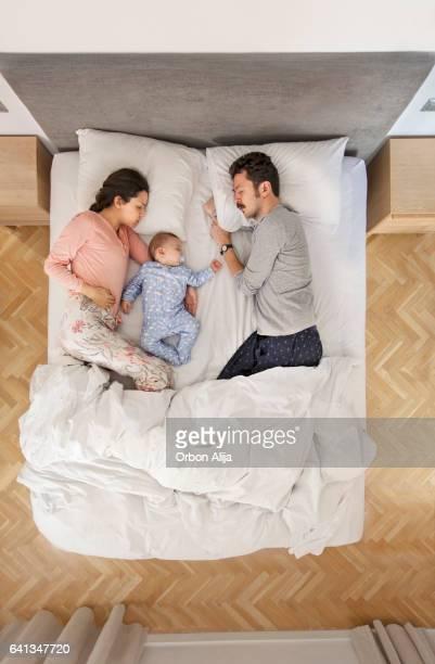 famille au lit  - couple au lit photos et images de collection