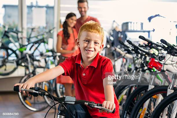Familie auf dem Fahrrad store