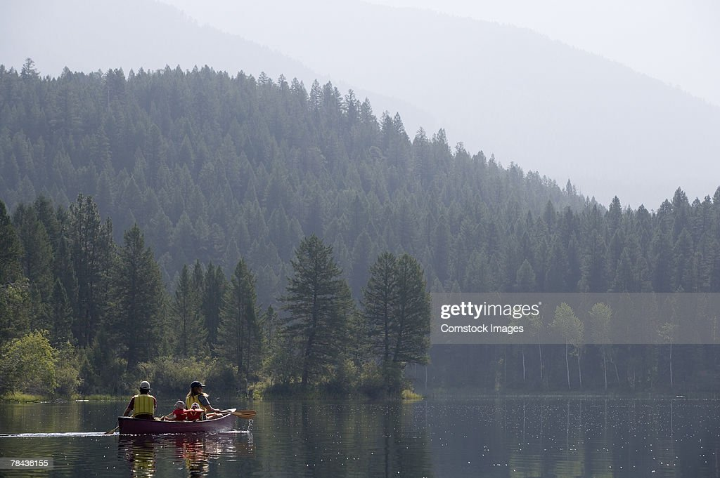 Family in canoe : Stockfoto