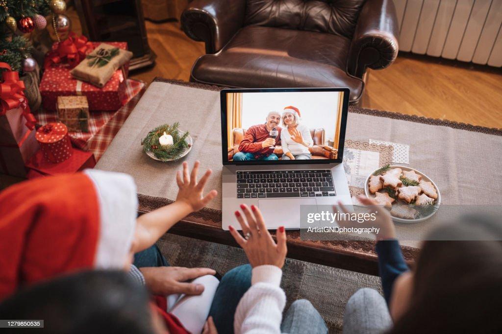 Familie in de videovraag van Kerstmis. : Stockfoto