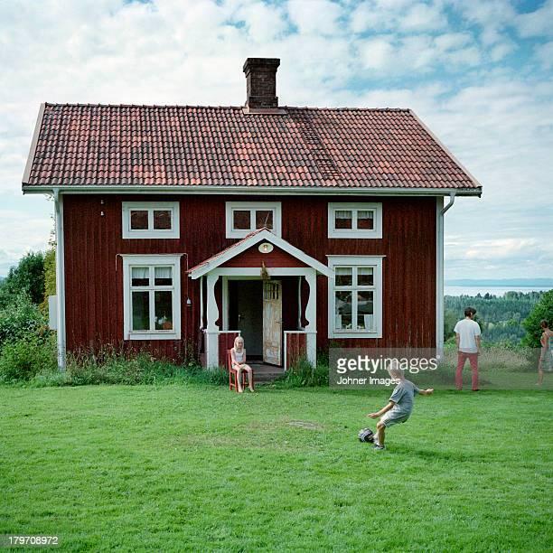 family in front of house - schweden stock-fotos und bilder