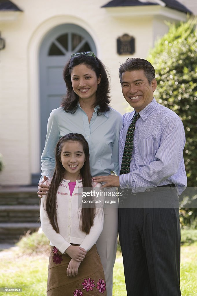 Family in front of house : Stockfoto