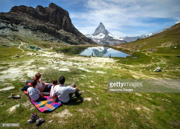 family in front of the matterhorn, switzerland. - schweiz stock-fotos und bilder