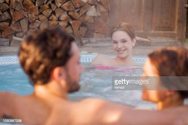 家庭在熱的浴缸 - mom flirting 個照片及圖片檔