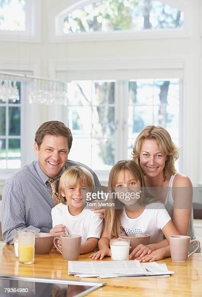 Família na cozinha com pequeno-almoço