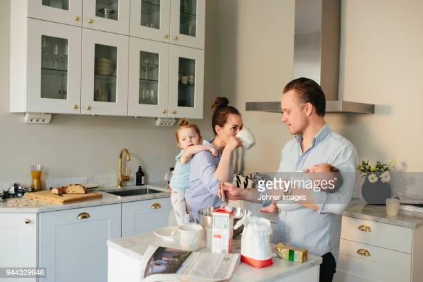 family in kitchen - chaos stock-fotos und bilder