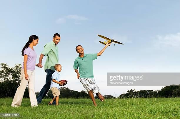familia en el parque - india summer fotografías e imágenes de stock